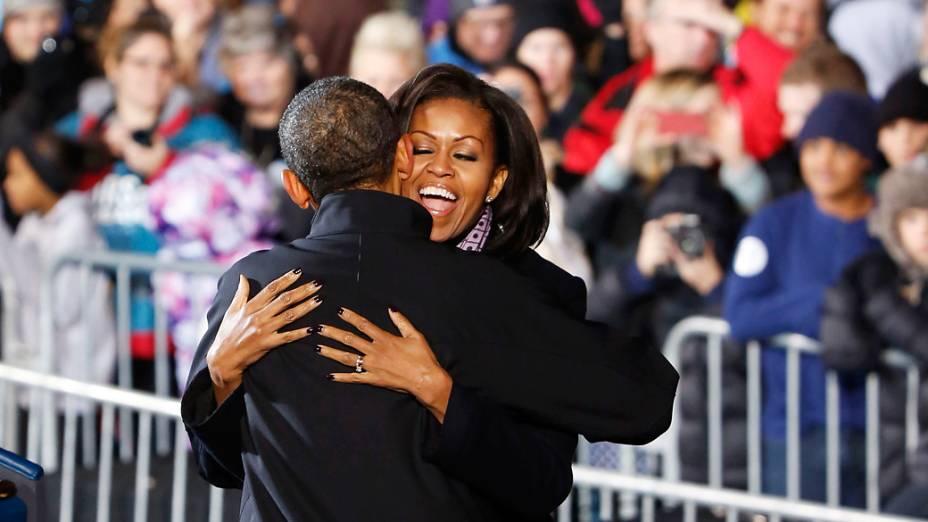 Presidente dos Estados Unidos, Barack Obama abraça sua esposa Michelle Obama em Des Moines, Iowa durante o último dia de campanha