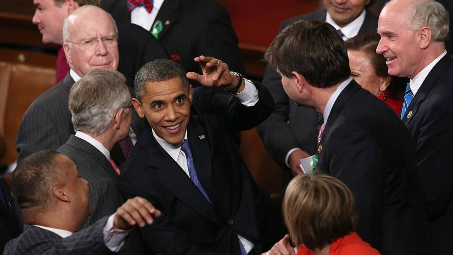 Obama recebe cumprimentos após o discurso no Congresso americano