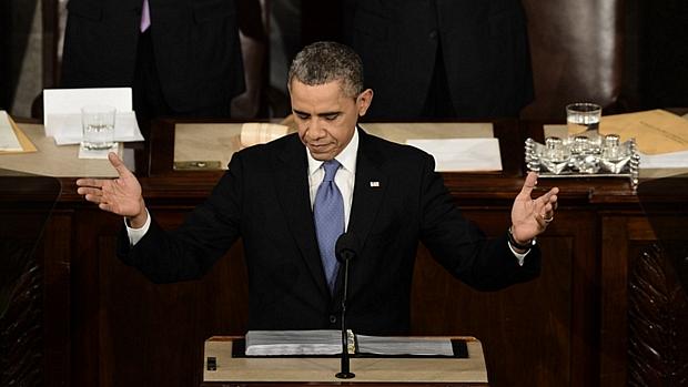 Barack Obama agradece os aplausos dos congressistas e se preparar para fazer o primeiro discurso do Estado da União em seu segundo mandato