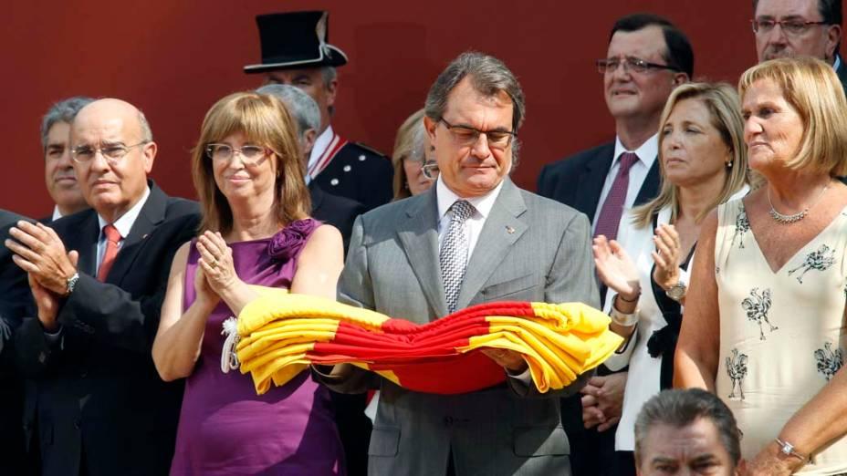 Artur Mas, presidente do governo autônomo da Catalunha segura bandeira catalã
