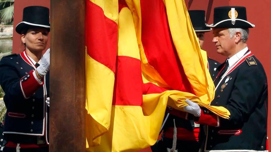 A bandeira catalã é hasteada durante cerimônia no parlamento regional marcando o Dia Nacional da Catalunha em Barcelona