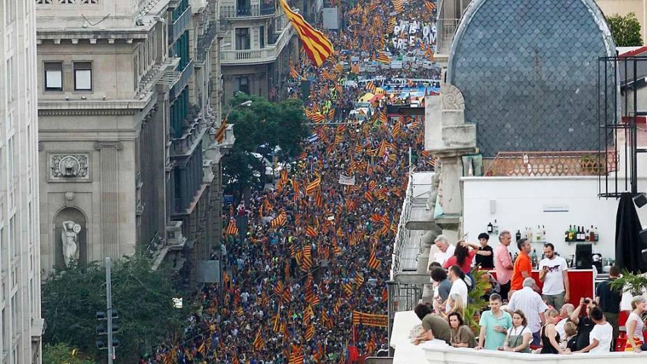 Pessoas assistem passeata no Dia Nacional da Catalunha, na Espanha