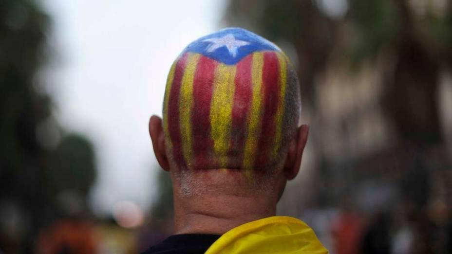 Homem durante protesto pela independência da Catalunha, em Barcelona