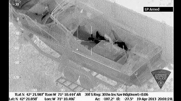 Polícia de Massachusetts divulgou imagens de Tsarnaev no barco onde foi encontrado