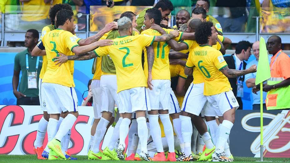 Jogadores do Brasil comemoram gol contra o Chile no Mineirão, em Belo Horizonte