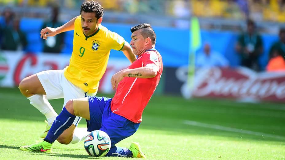 Fred disputa a bola no jogo contra o Chile