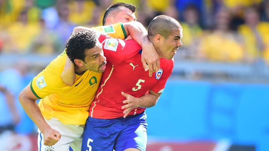 Lance entre Fred e o chileno Francisco Silva no Mineirão, em Belo Horizonte