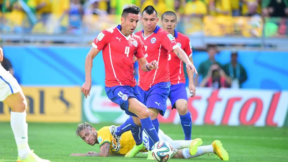 Neymar cai no gramado em lance no jogo contra o Chile