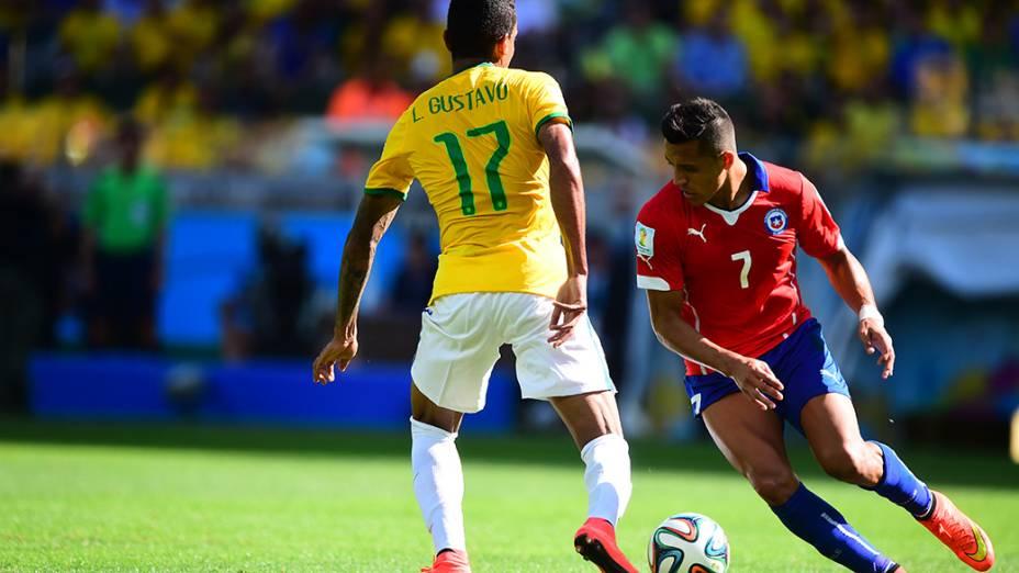 Luiz Gustavo durante o jogo contra o Chile