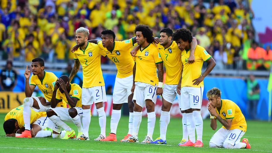 Jogadores do Brasil se abraçam durante a cobrança de pênaltis contra o Chile