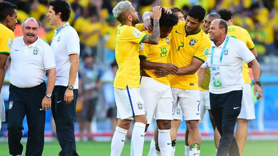 Jogadores abraçam Willian após vitória do Brasil sobre o Chile