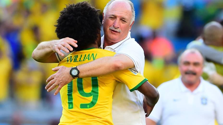 Felipão abraça Willian após a vitória do Brasil sobre o Chile