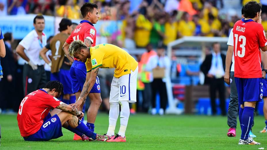 Neymar consola o chileno Pinilla após a vitória do Brasil nos Pênaltis