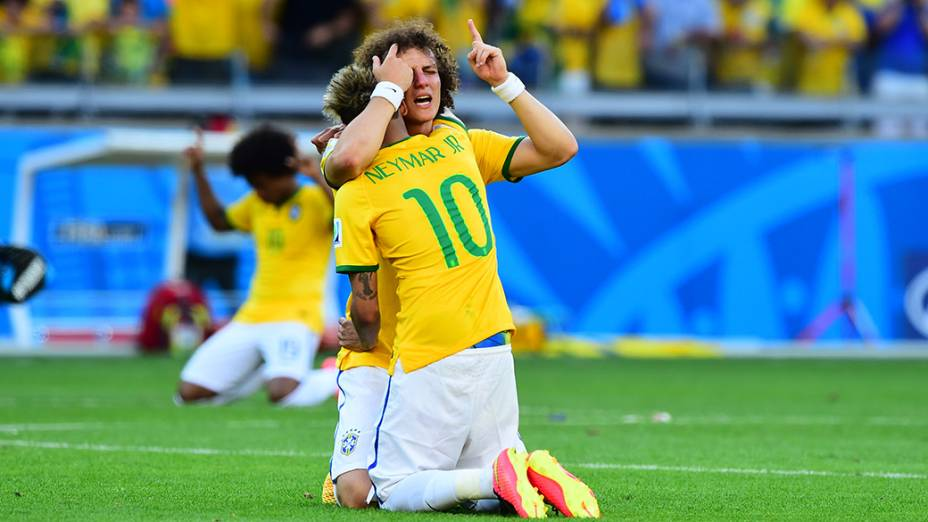 Neymar abraça David Luiz após a vitória do Brasil sobre o Chile