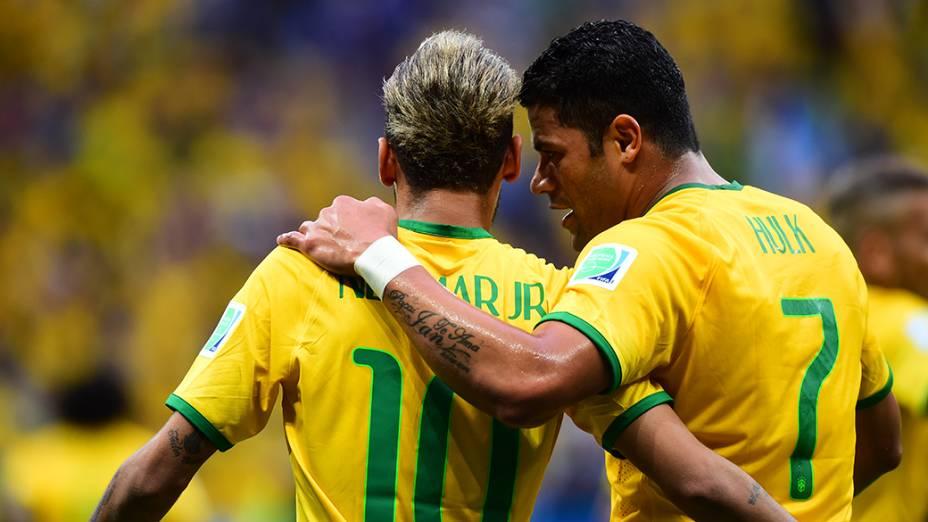 Neymar e Hulk comemoram gol contra Camarões no Mané Garrincha, em Brasília