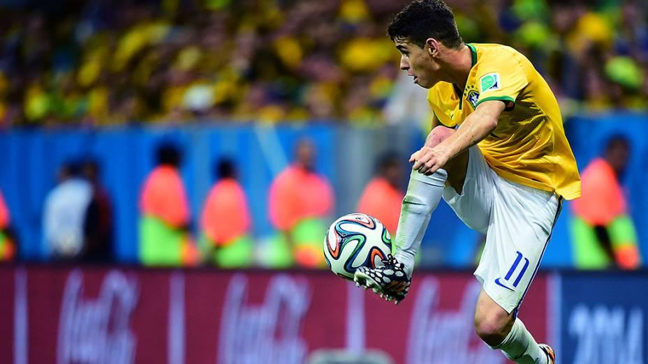 Oscar domina a bola no jogo contra Camarões no Mané Garrincha, em Brasília