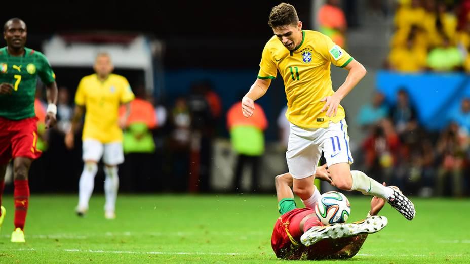 Oscar sofre falta do jogador de Camarões no Mané Garrincha, em Brasília