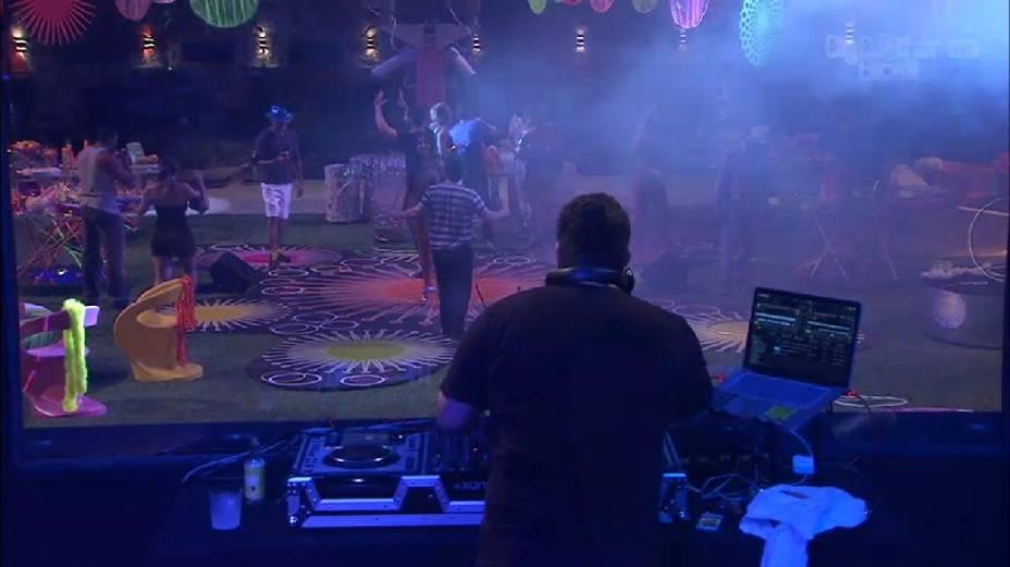 Apresentador de TV André Marques toca na primeira festa do BBB13