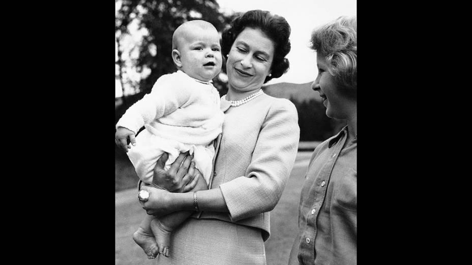 Rainha Elizabeth II com o príncipe Andrew, ao lado da princesa Anne, no castelo de Balmoral, na Escócia (08/09/1960)