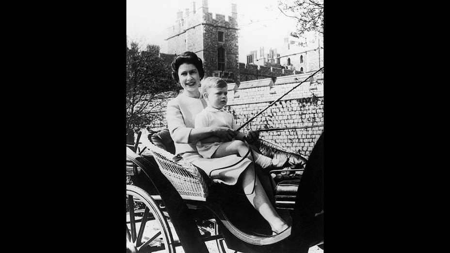 Rainha Elizabeth II com o príncipe Andrew, no castelo de Windsor (24/09/1962)