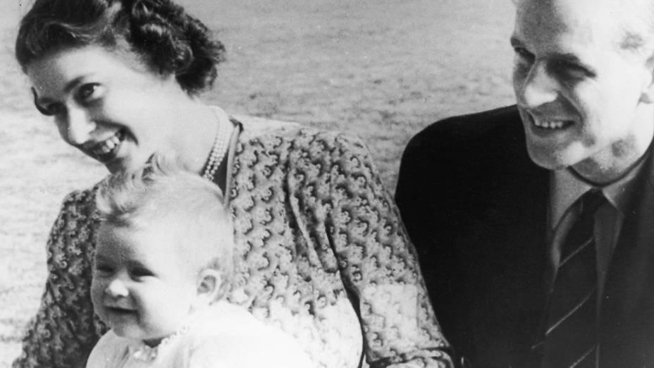 Princesa Elizabeth (mais tarde Rainha Elizabeth II), com seu marido, o príncipe Philip, duque de Edimburgo e seu bebê filho, o príncipe Charles, em julho de 1949