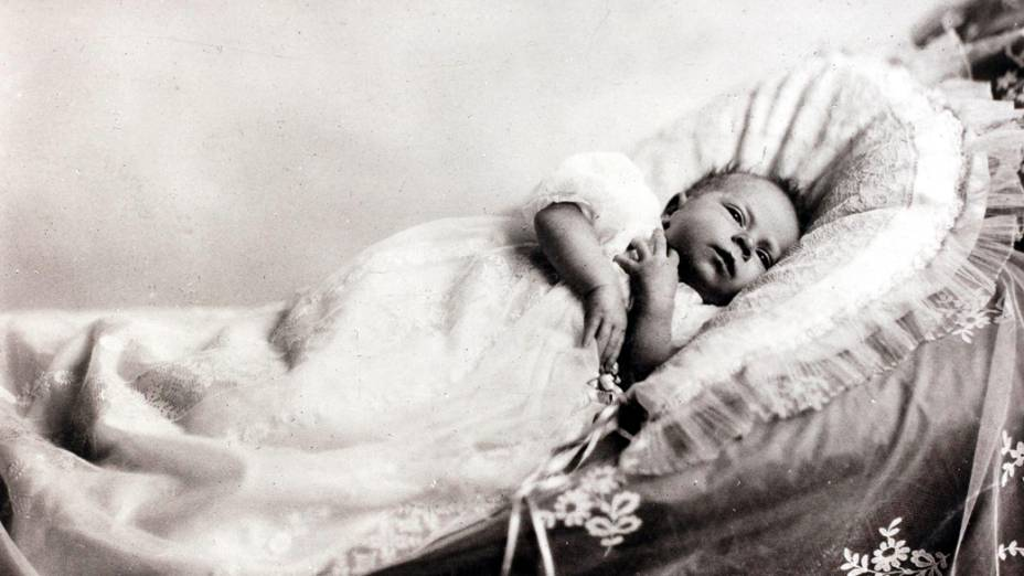Rainha Elizabeth II, filha do duque e da duquesa de York, retratado como um bebê (1926)