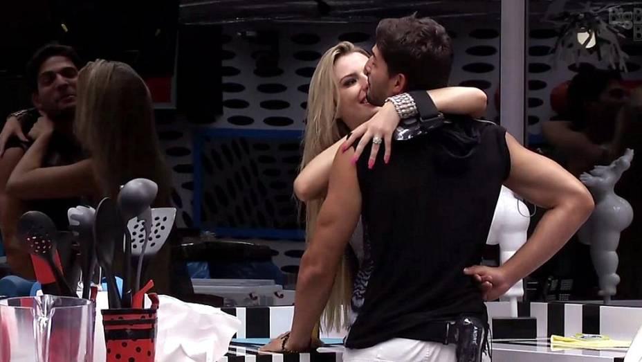 Beijo na Festa Espacial do BBB 13