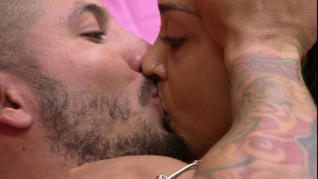 Fernando beija Amanda no BBB15