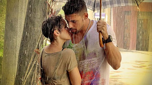 Nina (Débora Falabella) e Jorginho (Cauã Reymond) quase se beijam
