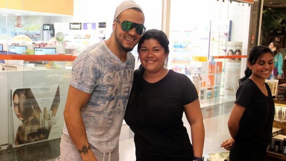Belo é tietado por fãs em shopping do Rio