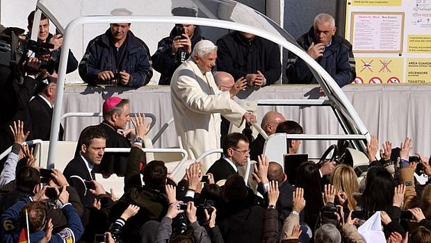Papa Bento XVI acena para fiéis ao chegar à Praça de São Pedro