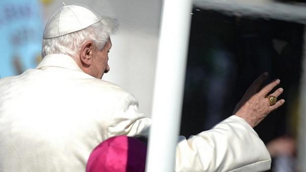 Papa Bento XVI chega à Praça de São Pedro para seu último sermão antes da renúncia