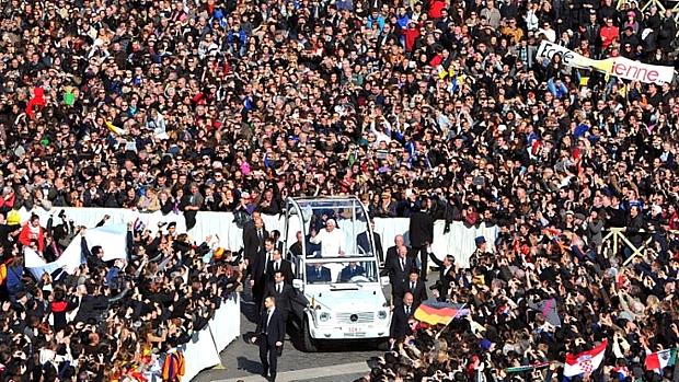 Multidão aguarda o último sermão de Bento XVI