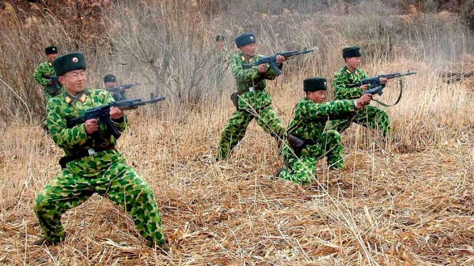 Soldados norte-coreanos em treinamento militar em local não revelado. A foto foi liberada pela agência oficial de notícias da Coreia do Norte