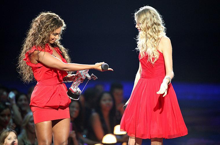 Beyoncé ao lado de Taylor Swift durante o MTV Video Music Awards. A cantora permitiu que Taylor terminasse seu discurso, interrompido pelo rapper Kanye West.
