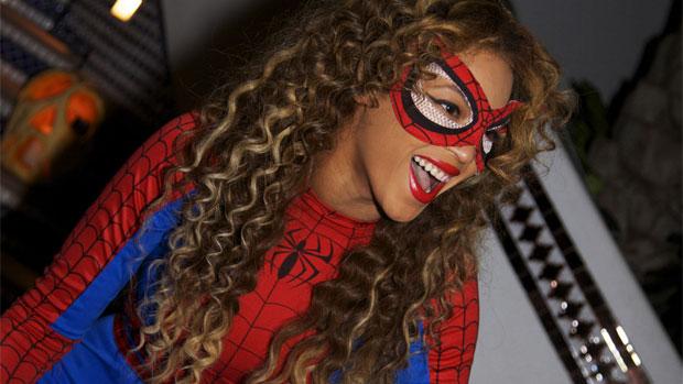 A cantora se fantasia de Homem-Aranha em festa