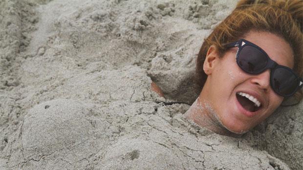 A cantora deixa o estrelismo de lado e vira farofeira na praia