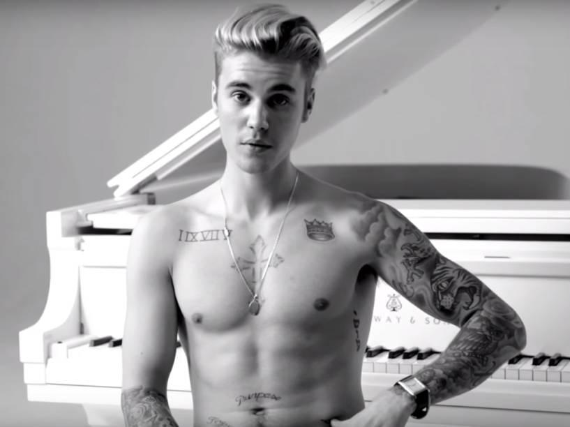 Justin Bieber fala sobre suas tatuagens... e lembra que tem uma dedicada à ex-namorada, Selena Gomez