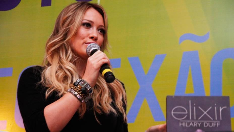 """Em abril deste ano, a atriz e cantora Hilary Duff contou que saiu com um """"match"""" do Tinder e foi a um boliche. Se o encontro não foi tão bem quanto o esperado, ela ainda deve estar no aplicativo."""