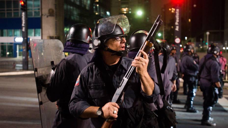 Policia entra em confronto com manifestantes na avenida Paulista em São Paulo