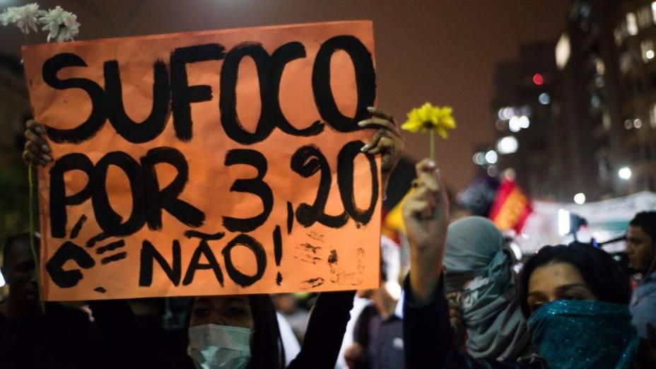 Manifestantes realizam protesto contra o aumento da tarifa de ônibus na região central da cidade, nesta quinta-feira
