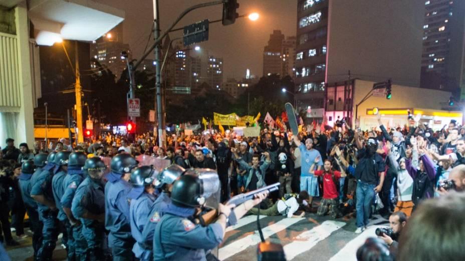 Conflito entre manifestantes e policia durante protesto contra o aumento das passagens em São Paulo