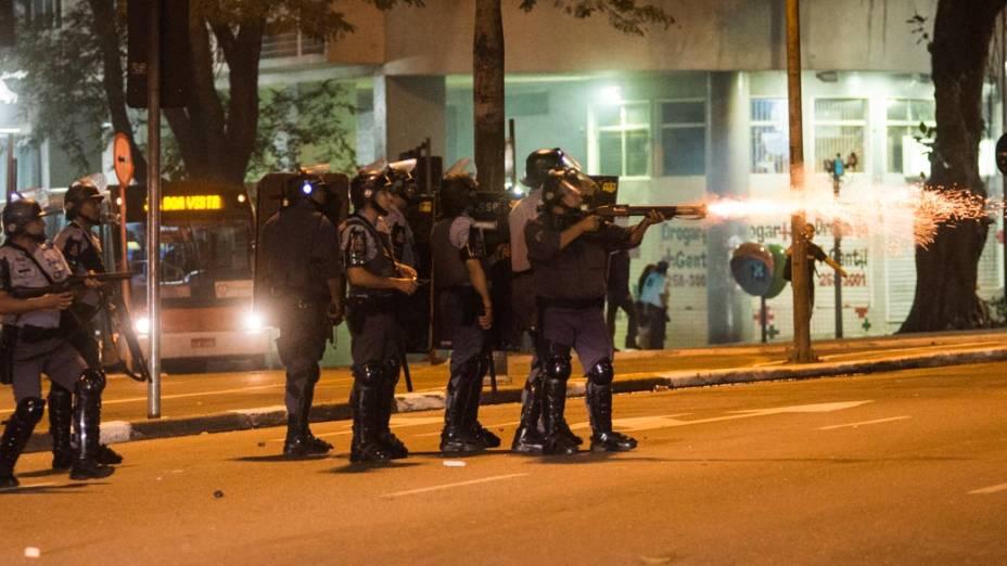 Polícia usa bombas de gás lacrimogêneo e balas de borracha para dispersar manifestantes, no centro de São Paulo