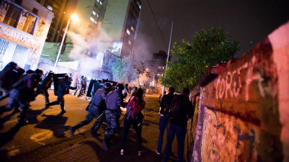 Manifestantes entram em confronto com a polícia durante protestos contra o aumento da tarifa do transporte público em São Paulo