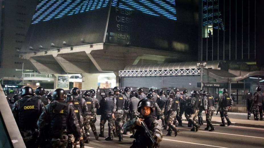 Polícia tenta impedir que os manifestantes ocupem a Avenida Paulista