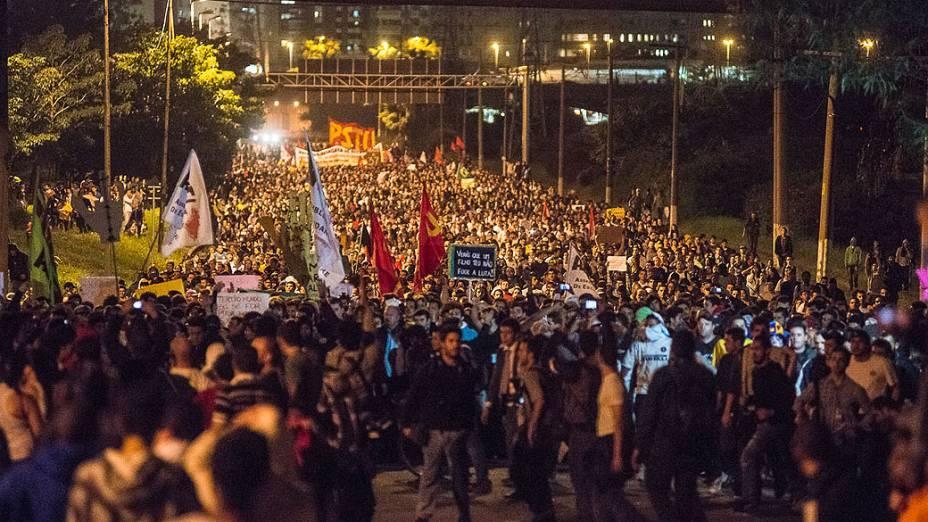 São Paulo - Manifestação na Marginal Pinheiros para protestar contra o aumento da passagem do transporte público
