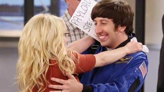 Os personagens Bernadette e Howard na série The Big Bang Theory