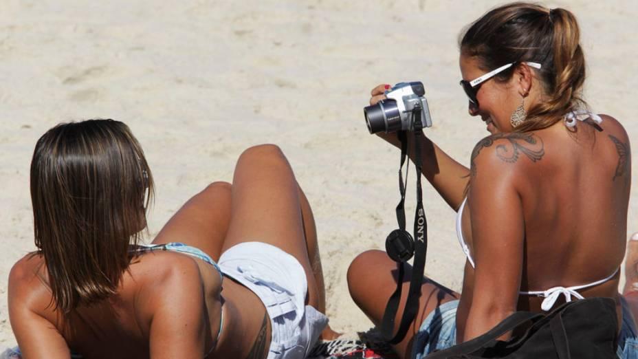 Público aproveita o sol durante campeonato de surfe na praia do Arpoador, Rio de Janeiro