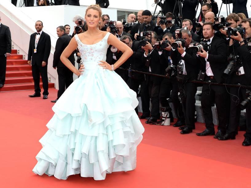 Blake Lively chega à exibição do filme Slack Bay, na 69ª edição do Festival de Cannes, com um vestido com ares de Cinderela assinado por Vivienne Westwood