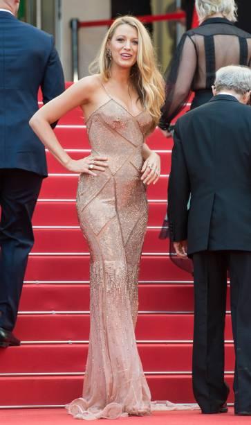 A it-girl Blake Lively usou um vestido rosa pálido também da grife italiana Versace - que deixou aparente sua barriguinha de grávida